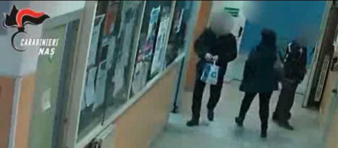 Un frame del video dei carabinieri depositato nell'ambito delle indagini sui furbetti del cartellino